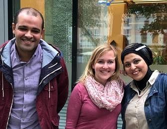 Rasha und Ayman mit Beraterin Isabel vor dem Welcome Center Region Rostock